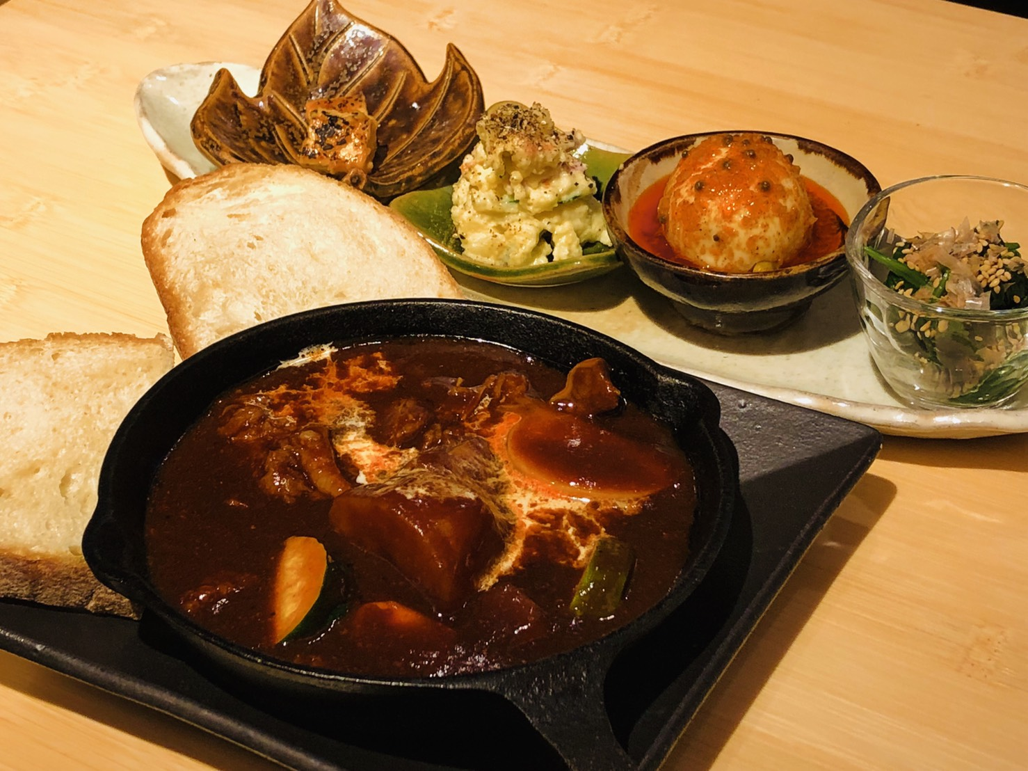 VegeLabo(ベジラボ)|おろし野菜カレーバゲット、豚しゃぶニンニクバルサミコソース