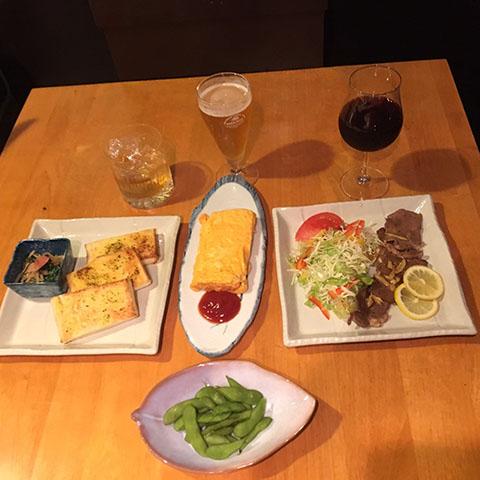 レストランBar 琴|ガーリックトースト、小鉢、ウイスキー、牛タン、小鉢、赤ワイン、玉子焼き、枝豆、小鉢、グラスビール